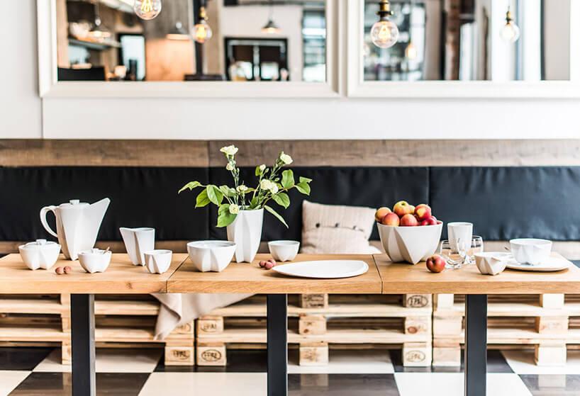 biała ceramiczna zastaw na drewnianym stole