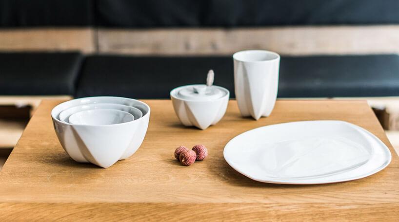 biała ceramiczna zastaw na drewnianym stole zbliska