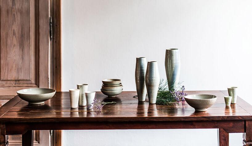 smukła ceramiczna zastawa na drewnianym stole