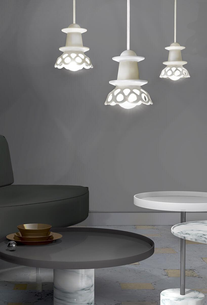 trzy białe ceramiczne lampy wiszące