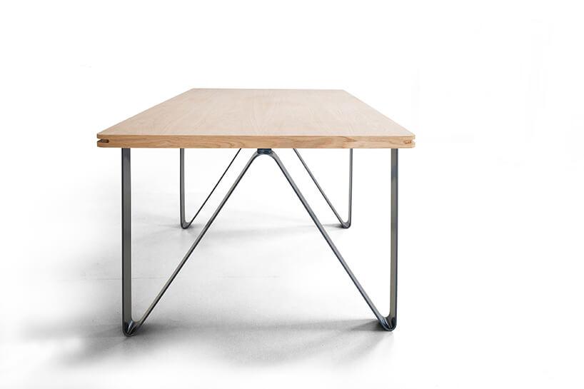 nowoczesny stół Tabb os Bozzetti metalowymi giętymi nogami zdrewnianym blatem