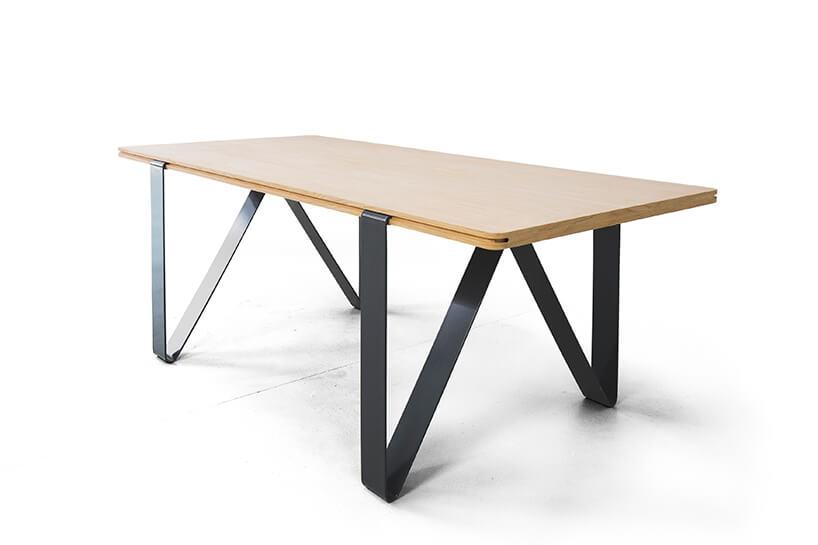 nowoczesny stół Tabb os Bozzetti szarymi metalowymi giętymi nogami zdrewnianym blatem