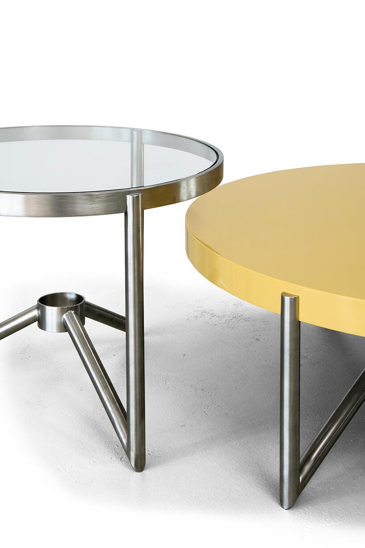 dwa stoliki Crcl od Bozzetti na metalowych nogach ze szklanym blatem idrewnianym żółtym