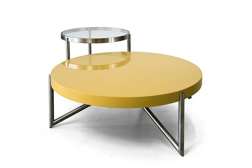 dwa stoliki Crcl od Bozzetti na metalowych nogach zżółtym blatem na tle stolika ze szklanym blatem