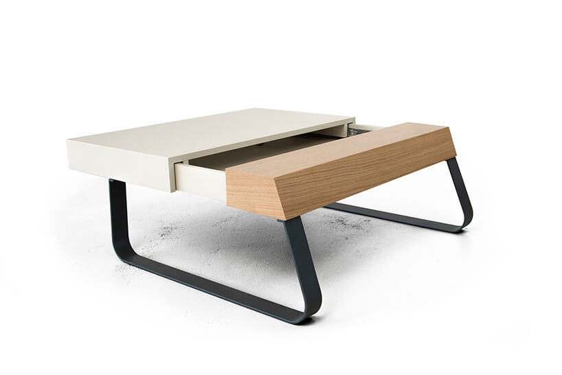 dwu kolorowy rozsuwany stolik Sanky od Bozzetti na giętych metalowych nogach