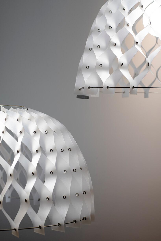 dwie lampy No-Kalky od Bozzetti zkloszem zbiałych pasków połączonych ze sobą na wzór plastra miodu