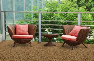 dwa wiklinowe krzesła na podłodze z wykładziną z małych kamyków