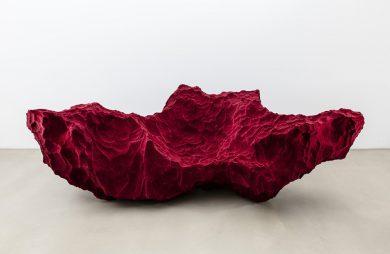 nietypowa sofa w bordowym kolorze w kształcie i strukturze skały