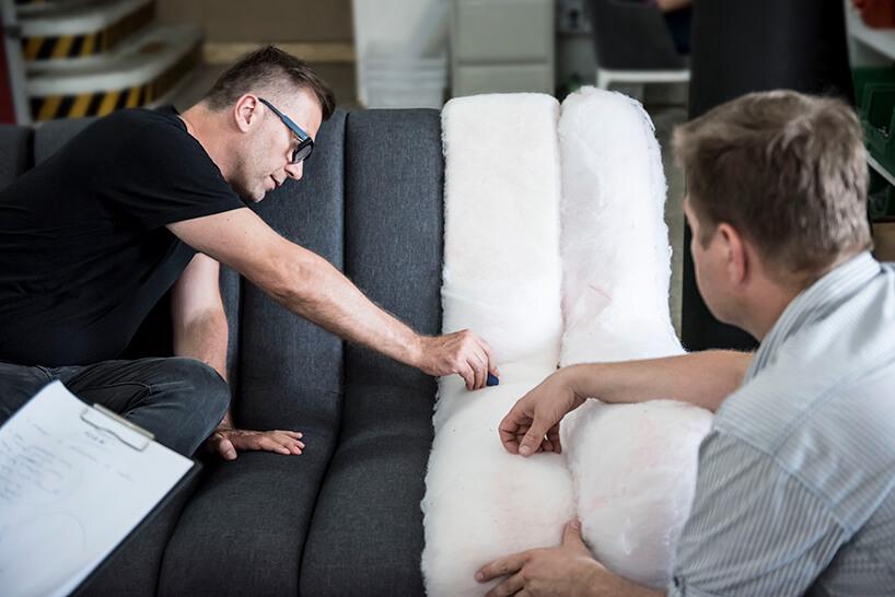 dwóch mężczyzn podczas procesu produkcji siedziska sofy