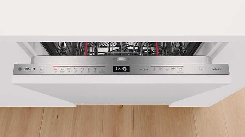 białe wykończenie mebli kuchennych izmywarka zszczotkowanej stali panelem sterowania zwyświetlaczem