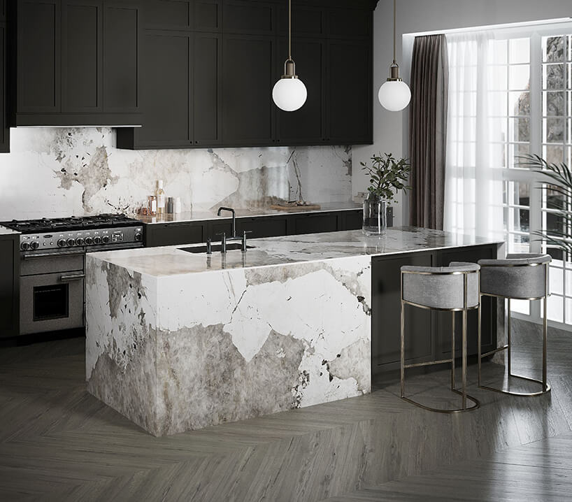 nowoczesna elegancka kuchnia zczarnymi matowymi frontami ze ścianą nad blatem wykończoną biało szarym kamieniem od Cosentino