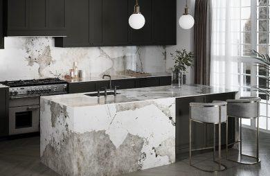 nowoczesna elegancka kuchnia z czarnymi matowymi frontami ze ścianą nad blatem wykończoną biało szarym kamieniem od Cosentino