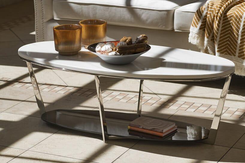 chromowana konstrukcja stolika kawowego zjajowatym blatem