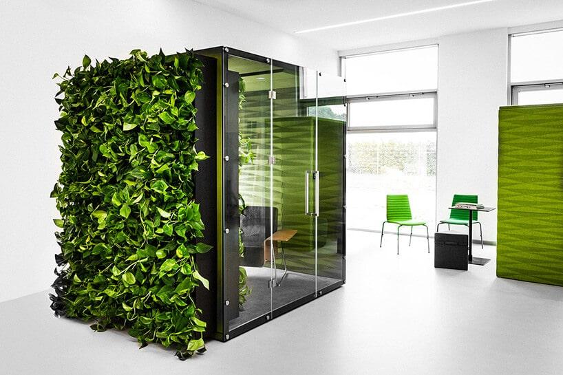 kostka zzamkniętym obszarem do pracy ze ścianą bujnej zieleni