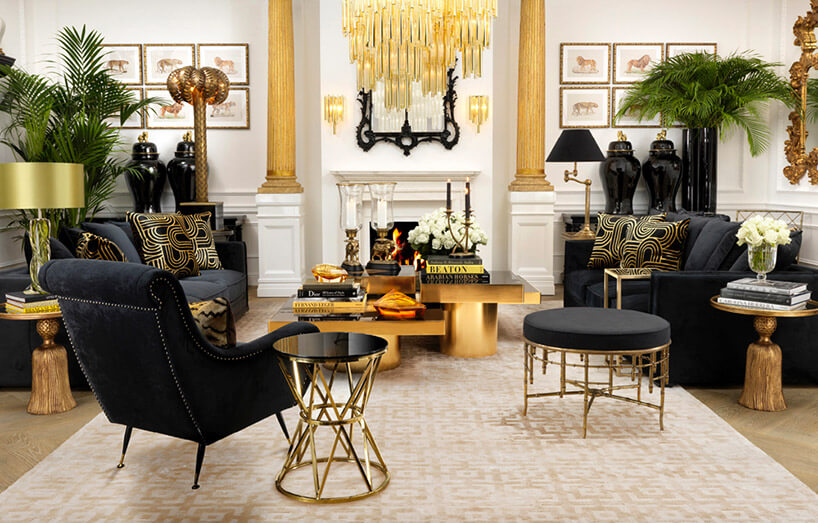 wnętrze glamour ze złotymi akcentami iczarnymi fotelami