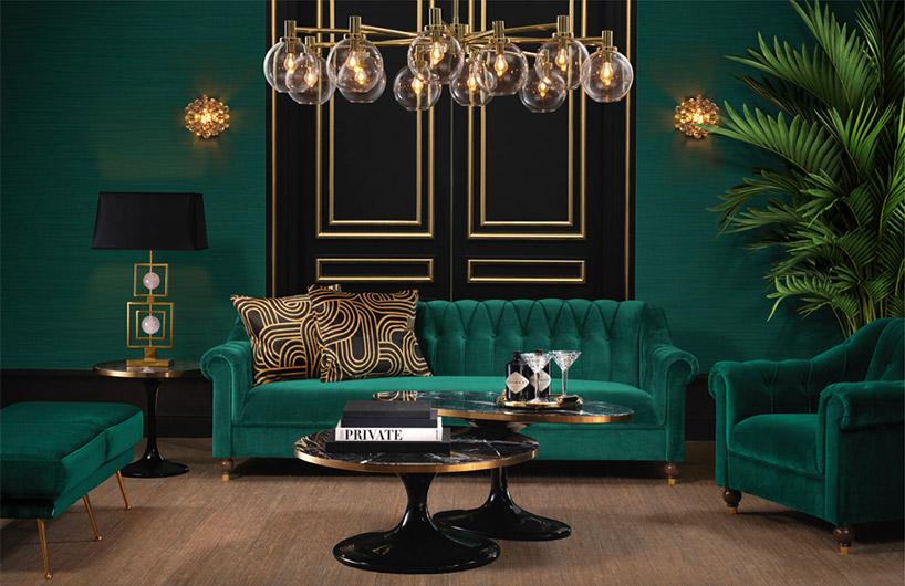 duża zielona sofa na tle czarno-złotego zdobienia