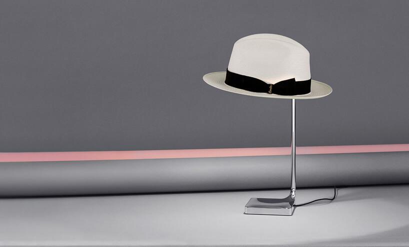 Lampa stołowa Chapo ze srebrną podstawą ikloszem wkształcie kapelusza