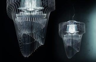 dwa żyrandole Aria z plastikowych cienkich przeźroczystych plastikowych żeberek