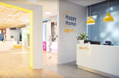 białe wnętrze open space z napisem Happy Home Somfy