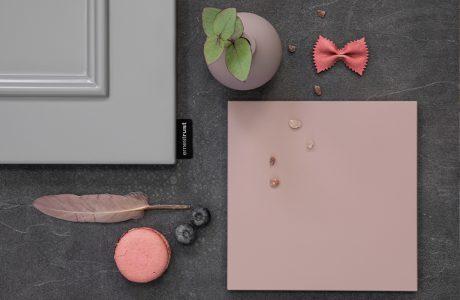 różowa ceramiczna podstawka na ciemno szarym kamiennym blacie