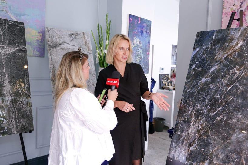 dziennikarka podczas wywiadu pośród gresów Opoczno