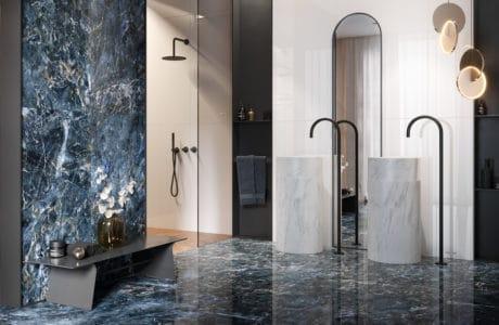 niebieski gres Color Crush od Opoczno w aranżacji eleganckiej łazienki z dwoma stojącymi kamiennymi umywalkami