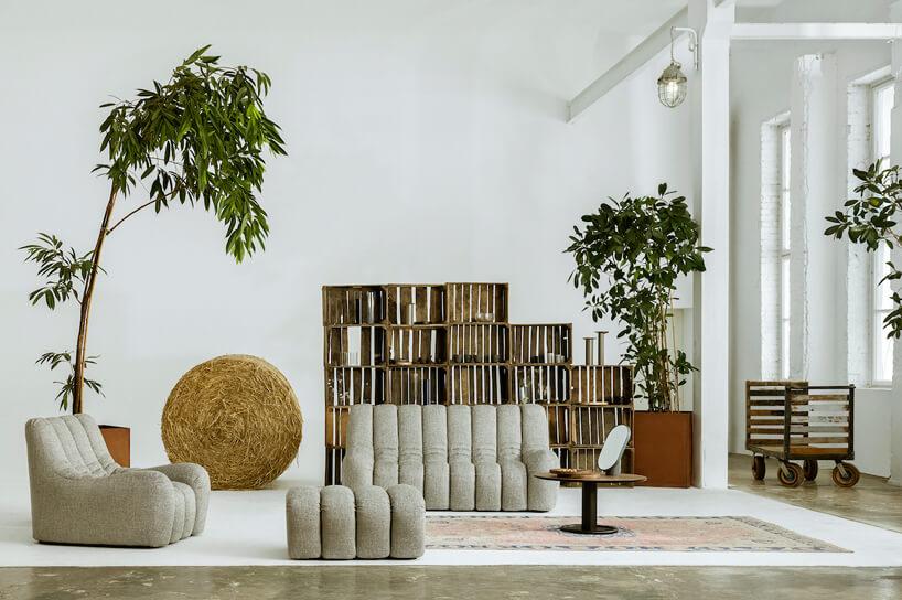 szary zestaw sofa pufa fotel Wadi od Nobonobo obok stolika od Nobonobo
