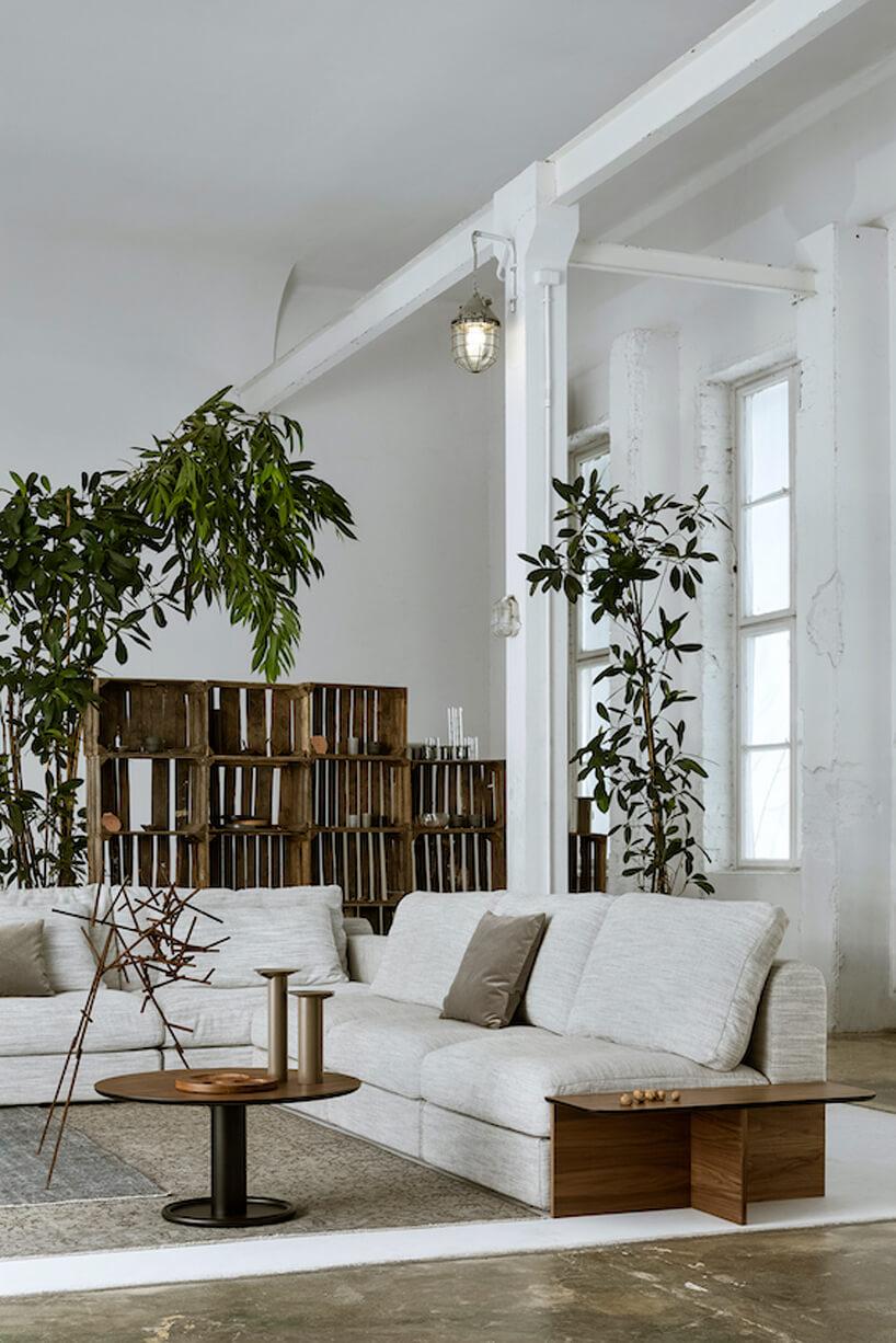 jasno szara sofa Raksa od Nobonobo obok niskiego stolika Oo od stolika Nobonobo