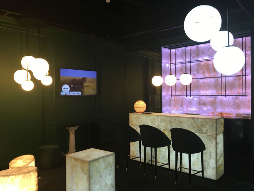 podświetlane od środka wysokie stoły oraz stoliki