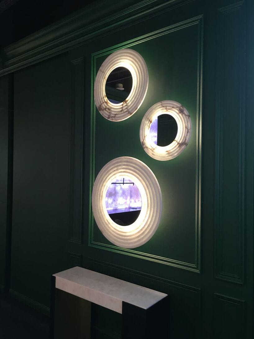 eleganckie lustra zgrubą białą podświetlaną ramką