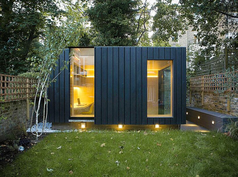 małe biuro wogrodzie Blackened Cedar Exteriors od Neil Dusheiko Architects
