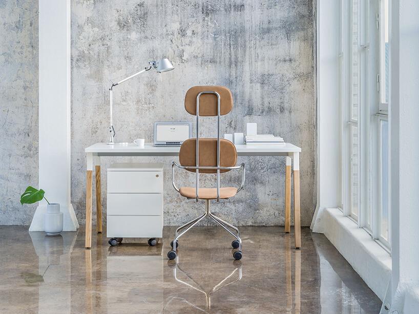 nowoczesne biurko Ogi od biały blat na drewnianych brązowych nogach na błyszczącej kamiennej podłodze MDD