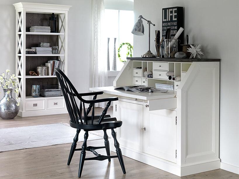 biały klasyczny sekretarzyk Olsen od SEART zbiałym blatem iczarnym eleganckim drewnianym krzesłem