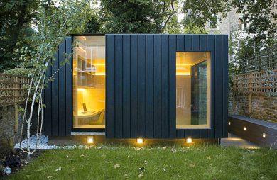 małe biuro w ogrodzie Blackened Cedar Exteriors od Neil Dusheiko Architects