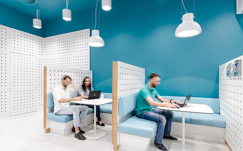 biały iturkusowy nowoczesny punkt sprzedaży UPC od Workplace Solutions dwa boxy do obsługi klientów