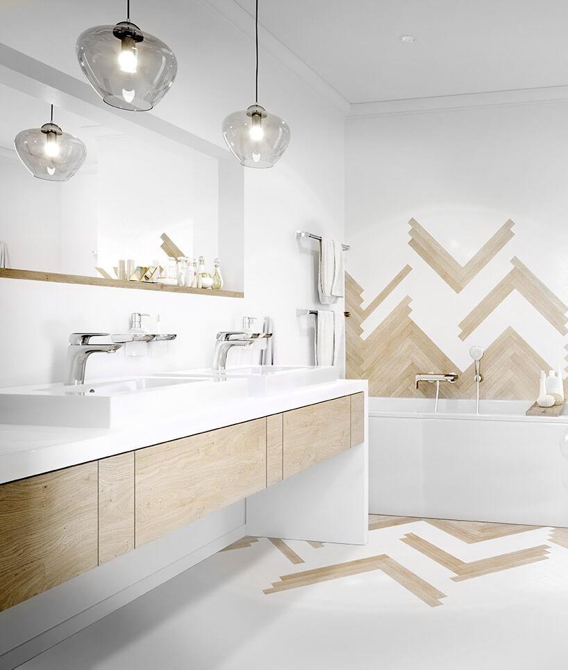 biała łazienka zdrewnianymi wykończeniami