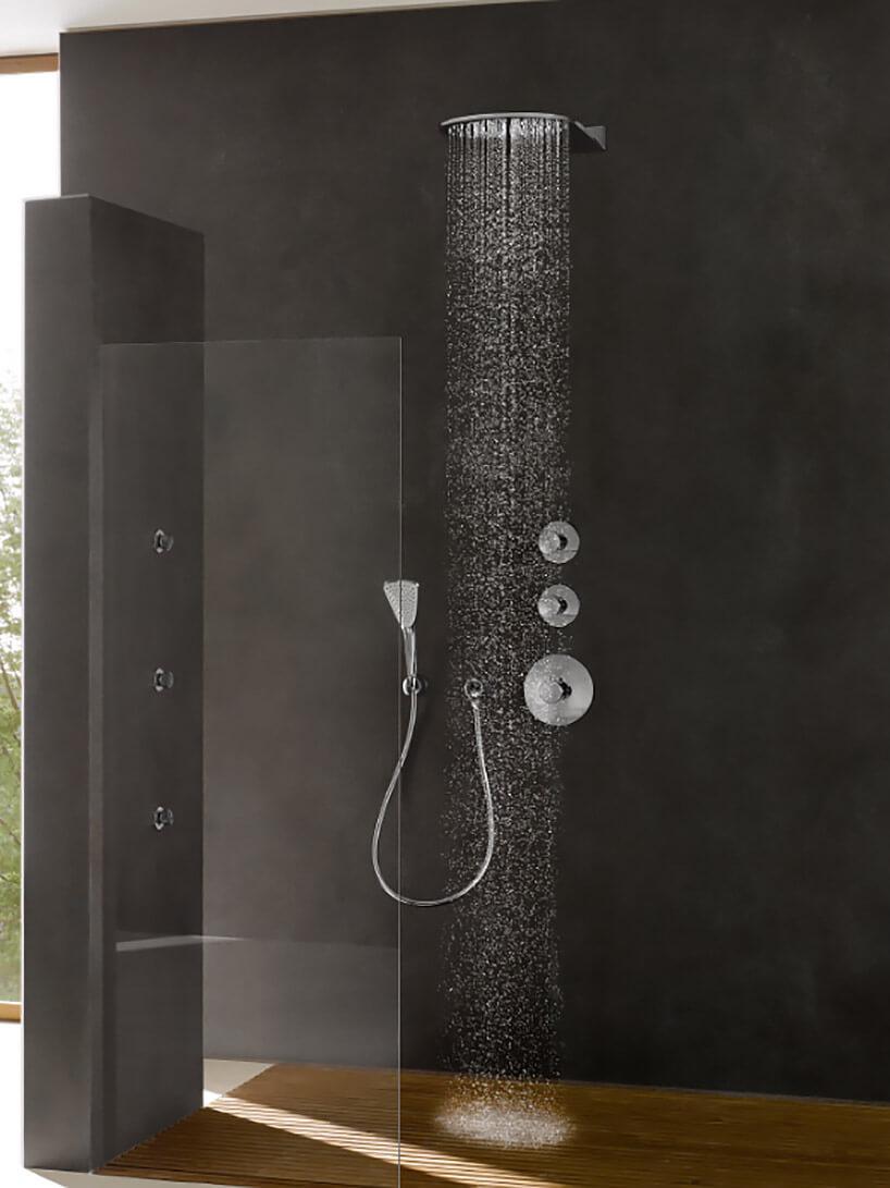 przeszklony brązowy prysznic