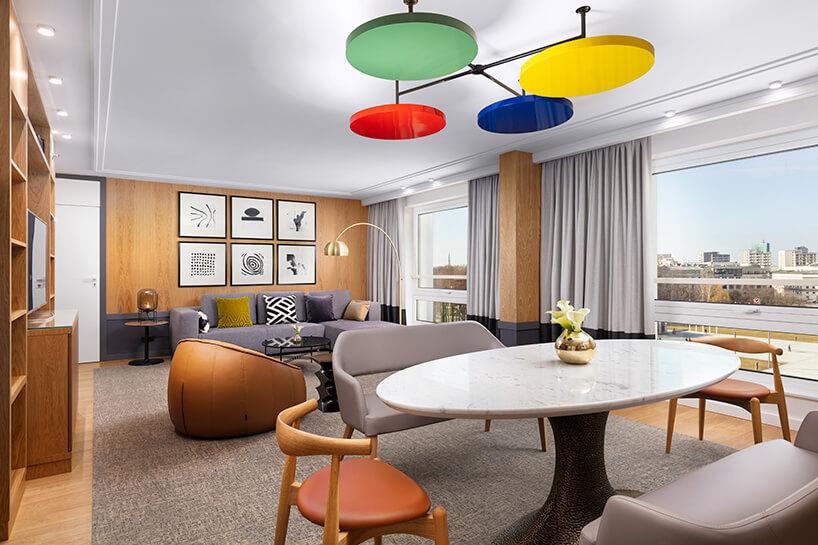 hotel Sofitel aranżacja apartamentu zkolorowym żyrandole