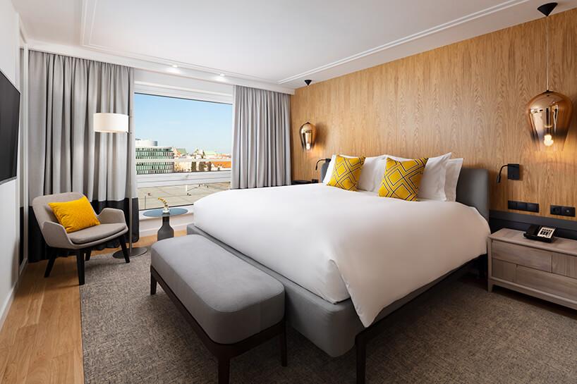 hotel Sofitel aranżacja apartamentu zdużym łóżkiem iduzymi drzwiami tarasowymi