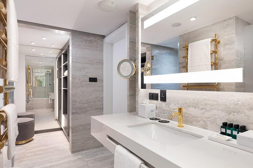 hotel Sofitel aranżacja apartamentu zelegancką szarą łazienką izłotymi dodatkami
