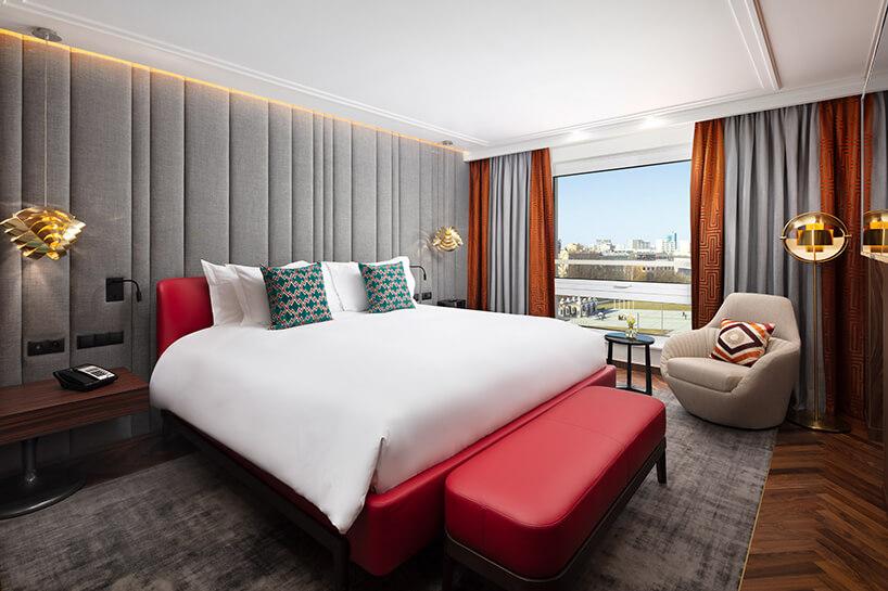 hotel Sofitel aranżacja apartamentu zdużym czerwonym łóżkiem