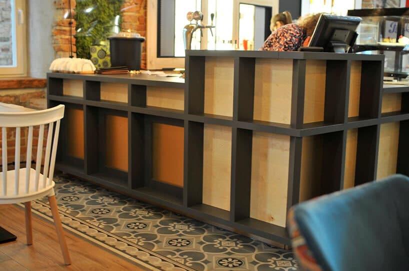 bar wrestauracji zrobiony zdesek oraz czarnej konstrukcji