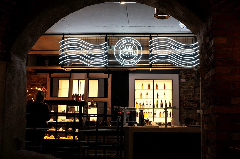 świecące półki znapojami alkoholowymi oraz neon zlogiem