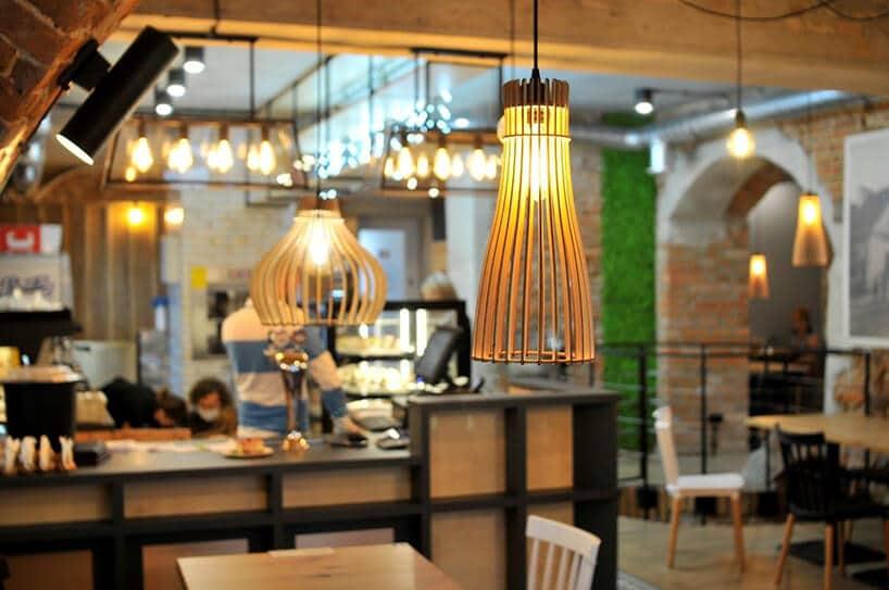 wiszące lampki zdrewnianą osłoną wkształcie tuby rozszerzającej się