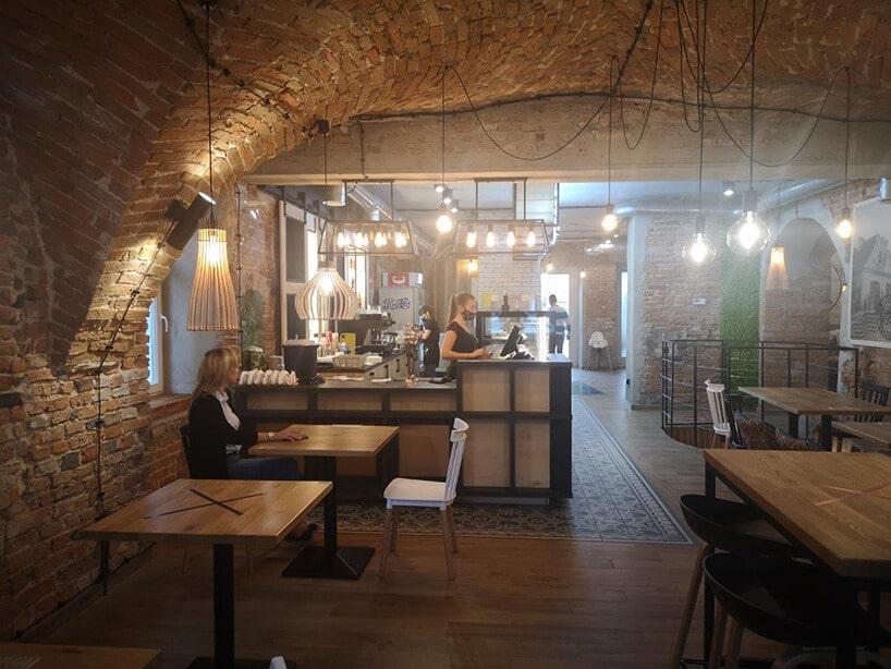 restauracja zcegłą na ścianach oraz wzorzystą podłogą
