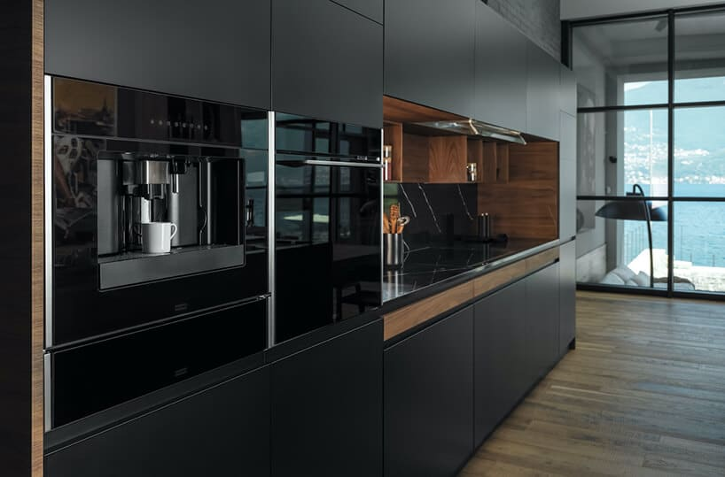 ciemna kuchnia zmatowymi forntami oraz drewnianym wykończeniem