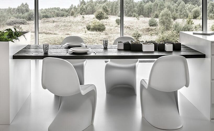 białe plastikowe krzesła przy stole drewnianym