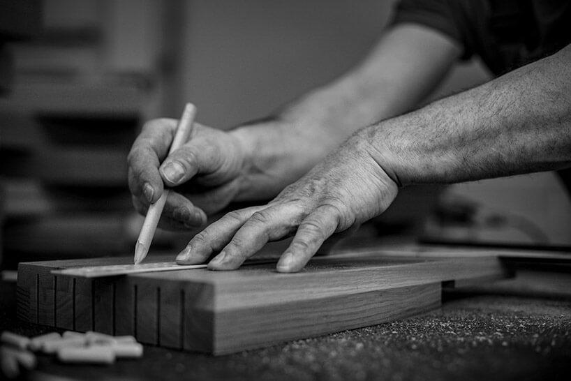 zdjęcie dłoni podczas pracy przy drewnie