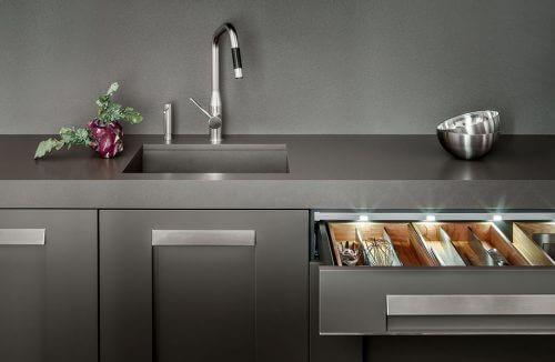 nowoczesna szara kuchnia z podświetlaną szufladą