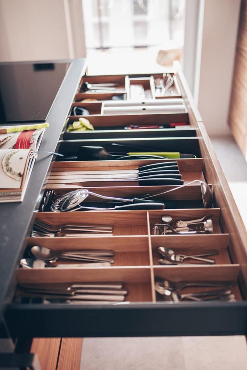 długie szuflady kuchenne zdrewnianym przegródkami